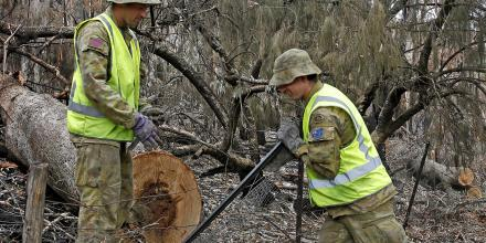 Lance Corporal Tate Ridley (left) and Sapper Todd Wrigley of 2nd Combat Engineer Regiment, repairing fences damaged by bushfires at Batlow. Photo: Sergeant Dave Morely
