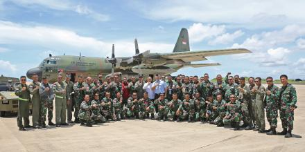 Wing Commander Andrew Anthony and Indonesian Consul to the Northern Territory, Dicky Soerjanatamihardja, with TNI personnel during the stop-over at RAAF Base Darwin.